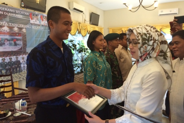 Walikota Tangsel, Airin memberikan penghargaan kepada Paskibraka. (nad)