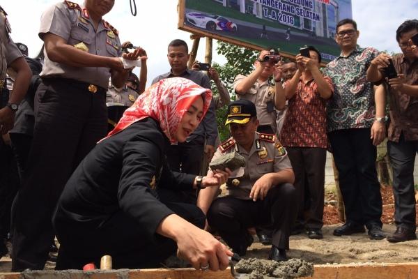 Walikota Tangsel, Airin saat peletakan batu pertama gedung Polres Tangsel. (nad)