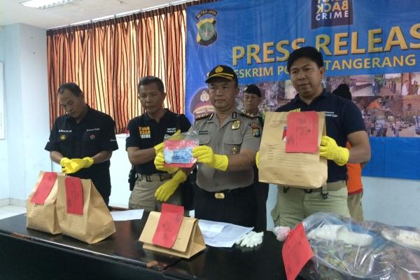 Kapolres dan jajarannya menunjukkan barang bukti kasus pembunuhan di Ciputat. (nad)
