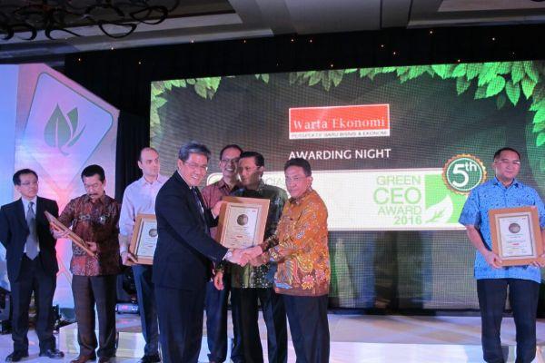 Perwakilan dari Sinar Mas Land saat menerima penghargaan. (ist)