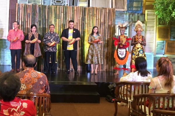 Perancang busana Ivan Gunawan menggelar pameran busana di AEON Mall BSD. (nad)