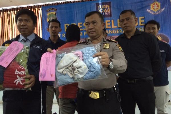 Kapolres Tangsel, AKBP Ayi Supardan menunjukkan barang bukti. (she)