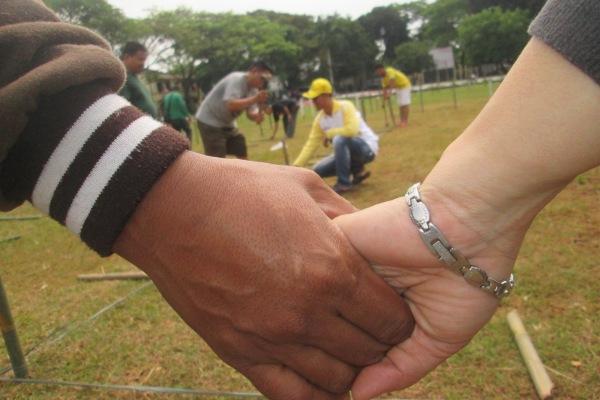 Panitia menyiapkan lapangan untuk upacara bendera di Pondok Aren. (hen)