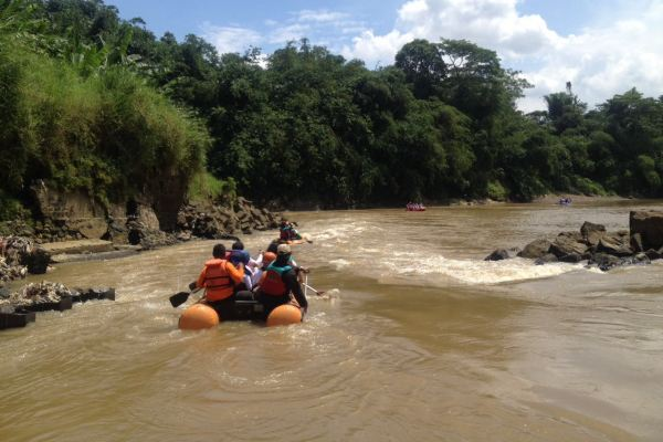 Peserta Ekspedisi menyusuri Sungai Cisadane. (ist)