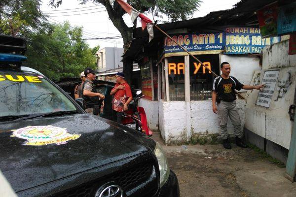 Petugas Satpol PP saat sidak ke Tugu Rakyat Serpong di Pertigaan Cisauk. (hen)