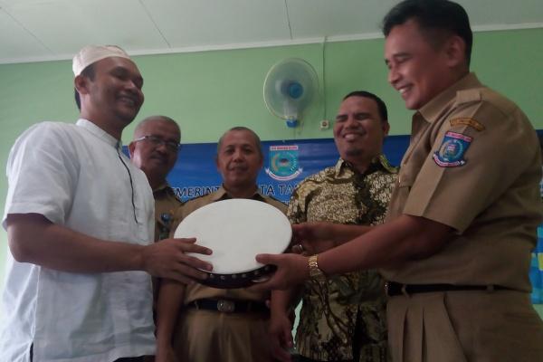 Penyandang tuna netra mendapat bantuan alat musik hadroh dari Pemkot Tangsel. (zah)