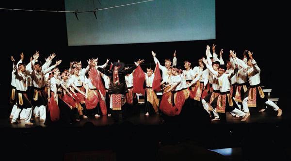 Ultima Sonora UMN, saat tampil di kompetisi paduan suara di Singapura. (ist)