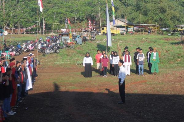 Antusias, warga Setu melaksanakan upacara bendera. (hen)