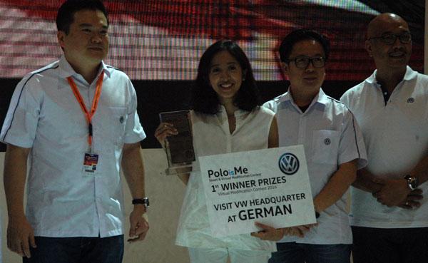 Pemenang poloisme modification contest saat menerima hadiah secara simbolis. (bd)