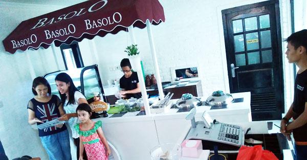 Gerobak Bakso di ruang dalam kedai Basolo berkesan dekat dengan abang bakso. (bd)