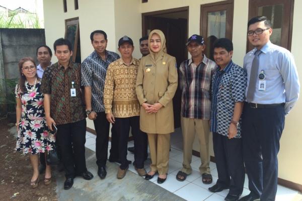 Walikota Tangsel dan perwakilan Bank BJB foto bersama usai penyerahan kunci rumah hasil Program Bedah Rumah. (she)
