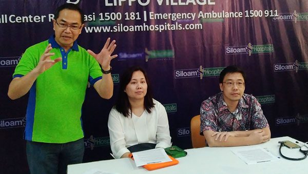 Dr. dr. Sunanto,Sp.JP, dan Dr. dr. Rocksy F V Situmeang, Sp.S (dari kanan) serta Alexander Mutak, S.Pd, M.M, para tenaga ahli di Siloam Hospitals. (bd)