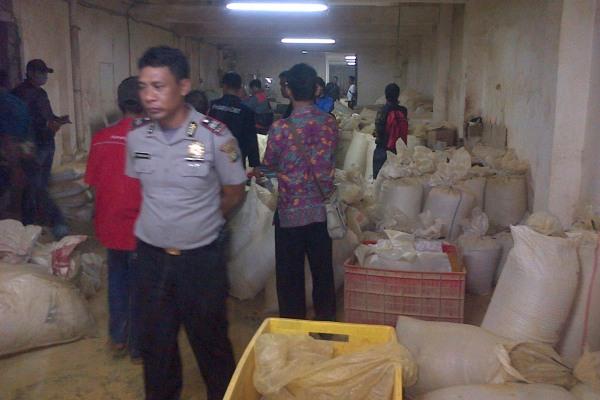 Petugas menggerebek pabrik jamu ilegal di Pasar Kemis. (day)