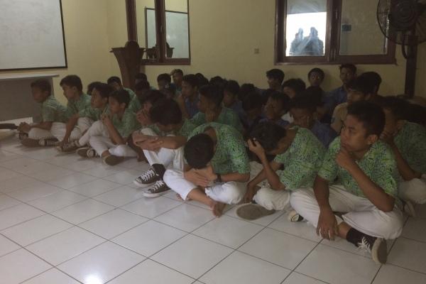 Pelajar yang tertangkap hendak tawuran diamankan di Polsek Serpong. (nad)