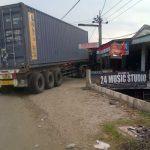 Sopir Ngantuk, Truk Kontainer Hajar Warung di Cikupa