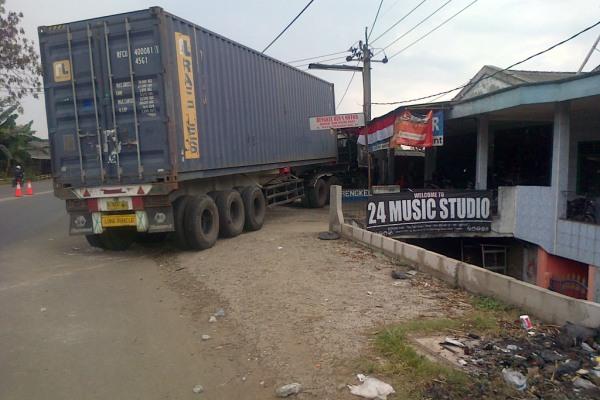 Bangkai truk kontainer yang menabrak warung di Cikupa. (day)