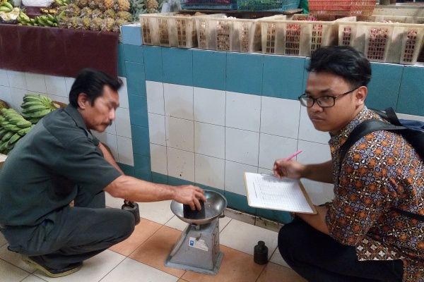 Petugas UPT Metrologi Tangsel mengecel timbangan pedagang di Pasar Modern BSD. (zah)