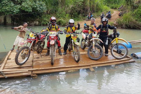 Peserta 10 Days Adventure menyebrangi sungai. (ist)