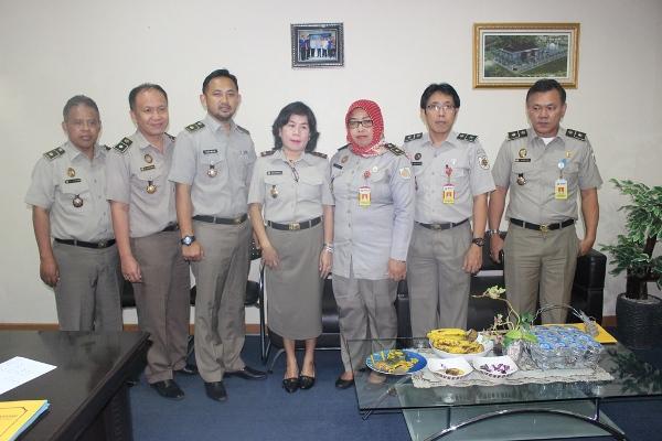 Kepala BPN Kota Tangsel, Asnawati (tengah) foto bersama jajarannya. (dok)