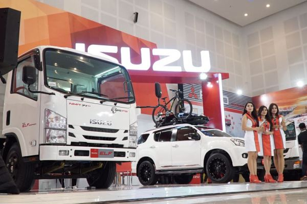 Booth Isuzu dengan Tema Our Goal Is Your Destination di Ajang GIIAS Surabaya 2016. (ist)