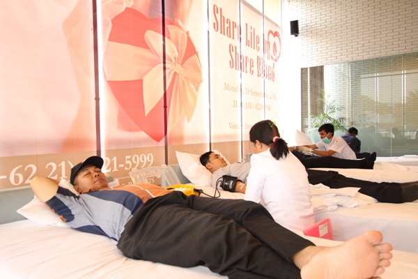 Aksi donor darah di Atria Hotel Gading Serpong. (ist)