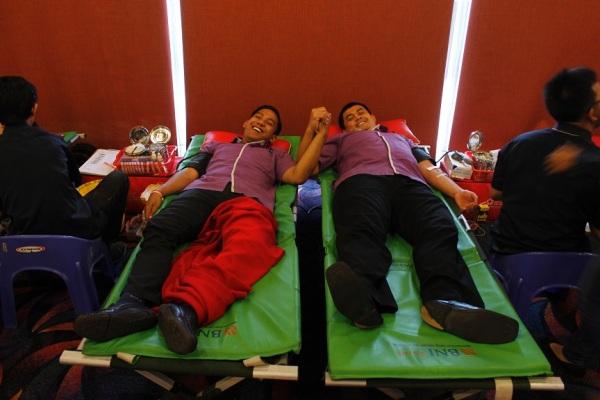 Aksi donor darah karyawan Fame Hotel. (ist)