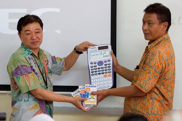 Perwakilan Casio memberikan kalkulator secara simbolis. (ist)