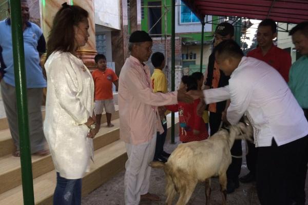 Perwakilan Hotel Soll Marina Serpong menyalurkan hewan kurban. (nad)