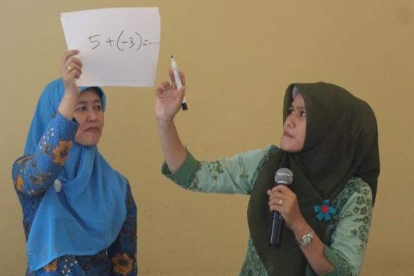 Kelompok guru mapel matematika sedang melakukan simulasi pembelajaran. (ist)