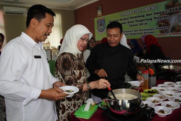 Kepala DPKP Tangsel, Dadang (kiri) mencicipi makanan hasil karya peserta. (nad)
