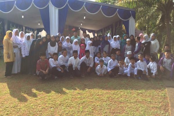 Anggota MT Ibadurrahman foto bersama usai kegiatan bakti sosial. (nad)