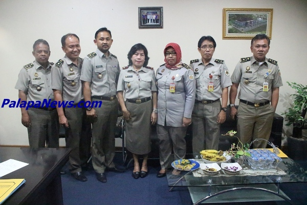 Kepala BPN Kota Tangsel, Asnawati (tengah) foto bersama jajarannya. (nad)