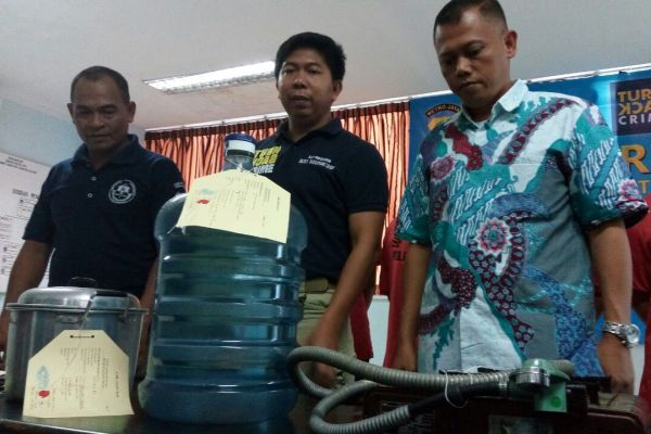 Polisi memamerkan barang bukti yang diamankan dari pemalsu air mineral. (nad)
