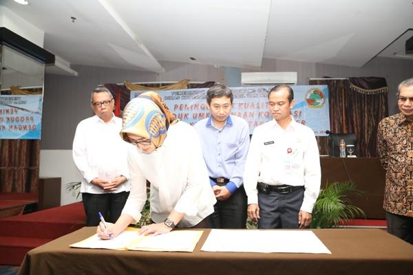 Walikota Tangsel, Airin menandatangi berkas kerjasama pengembangan UMKM. (nad)