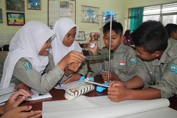 Siswa kelas VIII SMPN 5 Sleman sedang praktik IPA tentang getaran. (ist)