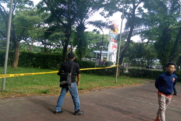 Rekan korban saat menyambangi tempat kejadian perkara di MS Indoor Soccer BSD. (one)
