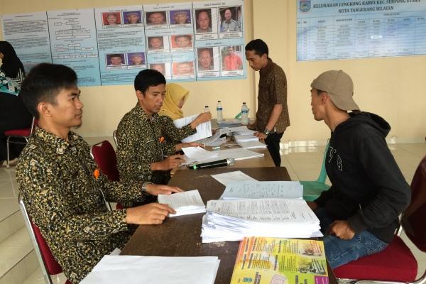 Warga mengurus dokumen akta kelahiran di Serpong Utara. (nad)