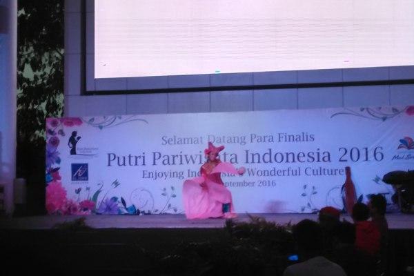 Penari membuka pemilihan Putri Pariwisata Indonesia 2016 di Summarecon Mal Serpong. (kie)