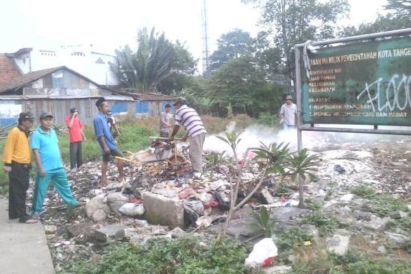 Warga membuang sampah di lahan milik Pemkot Tangsel. (dok)