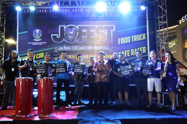 Para pemenang JOFEST (Jatim Otomotif Festival) bersama para juri. (ist)