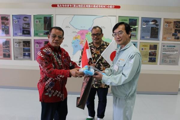 Kepala BLHD Tangsel Rahmat Salam (kiri) menerima souvenir dari pemerintah Jepang. (ist)