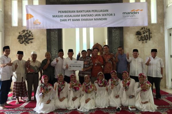 Perwakilan Bank Syariah Mandiri saat menyalurkan bantuan ke Masjid di Bintaro. (nad)