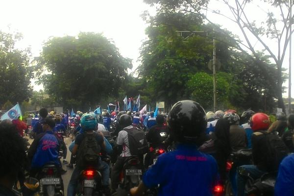 Pengguna jalan terjebak macet akibat demo buruh di Jalan Pemda Tigakraksa. (uad)