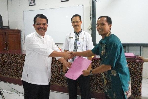 Penyerahan surat izin memimpin dari Kadindik Kota Tangerang. (pp)