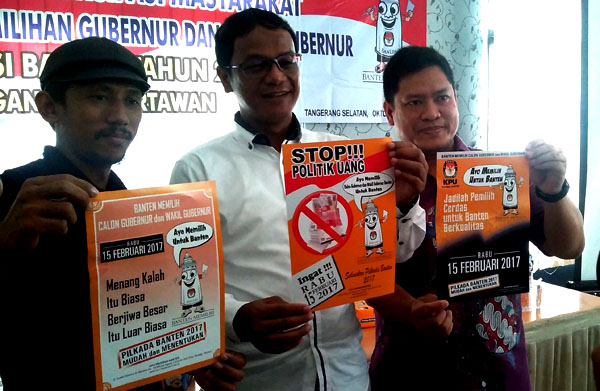 Komisioner KPU Banten dan KPU Tangsel menunjukan alat peraga sosialisasi Pilgub Banten. (bd)