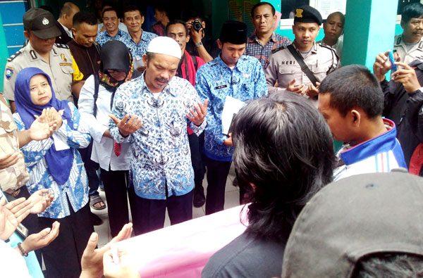 Pertemuan oknum guru di Tangsel dengan wartawan ditutup dengan do'a bersama. (bd)