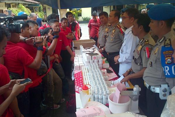 BPOM dan Polresta Tangerang memamerkan kosmetik palsu yang disita. (day)
