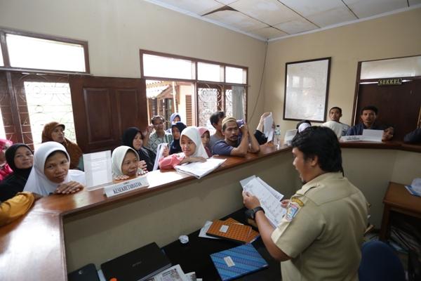 Warga mengantre mengurus dokumen akta kelahiran di Kelurahan Pondok Pucung. (nad)