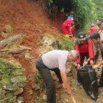 DBMSDA & Polisi Evakuasi Longsor di Pondok Pucung