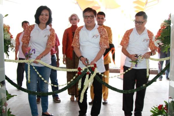 Jajaran Direksi PT MMS melakukan gunting pita saat meresmikan kantor operasional MMS di Ciujung, Kabupaten Serang. (uad)